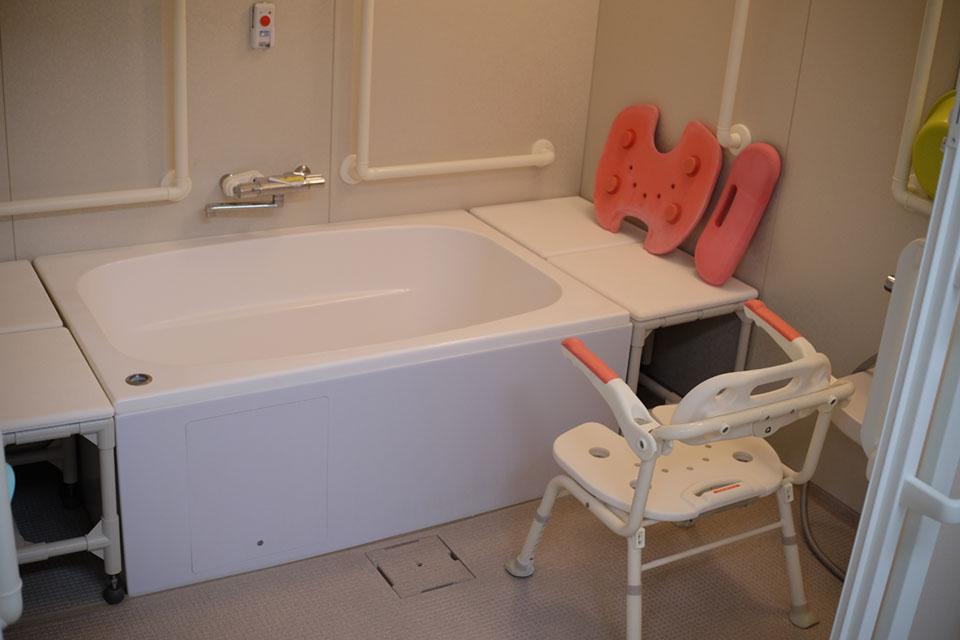 個浴 特徴:ご家庭にある浴槽と同じで、自分のペースで入浴出来ます。