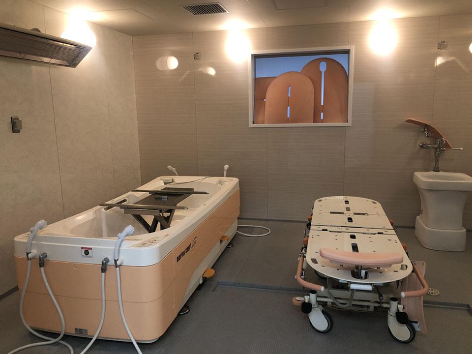 機械浴 特徴:寝たままで移動でき、湯船にゆっくり浸かることができます。