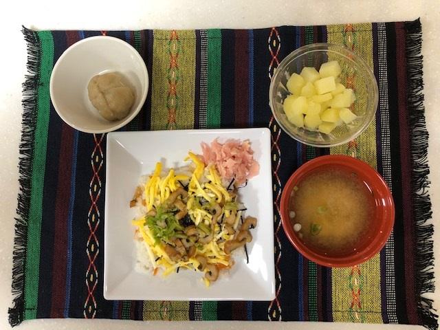 ちらし寿司 常食:通常のごはん、おかずとして提供しています。