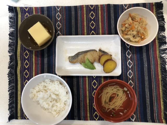煮魚定食 常食:通常のごはん、おかずとして提供しています。
